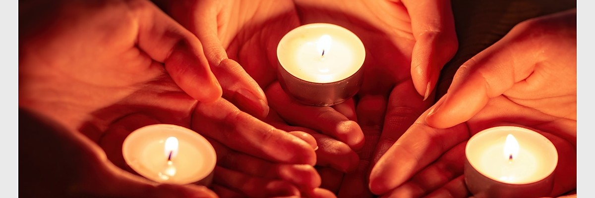 Fotolia_205673199_M.jpg (prayer with candles in hands)