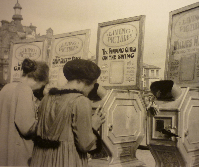 Mutoscope_machines_ath_the_seaside__1912-resize800x673.JPG