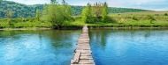 adecouvrir_unistages.jpg (Old wooden bridge through the river)