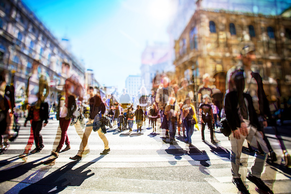 sciences_sociales_web.jpg (Crowd of anonymous people walking on busy city...
