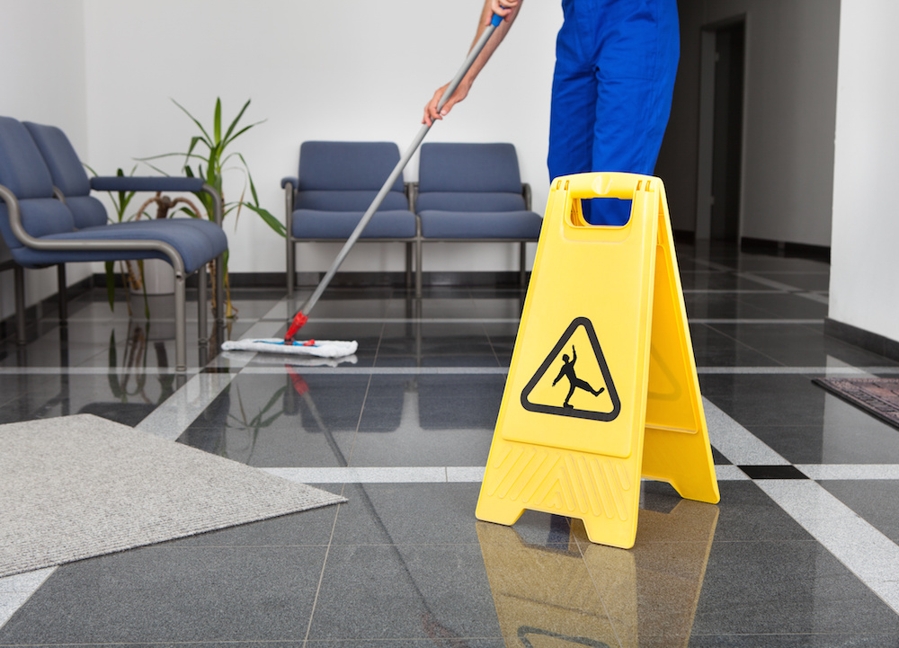 nettoyages.jpg (Man With Mop And Wet Floor Sign)